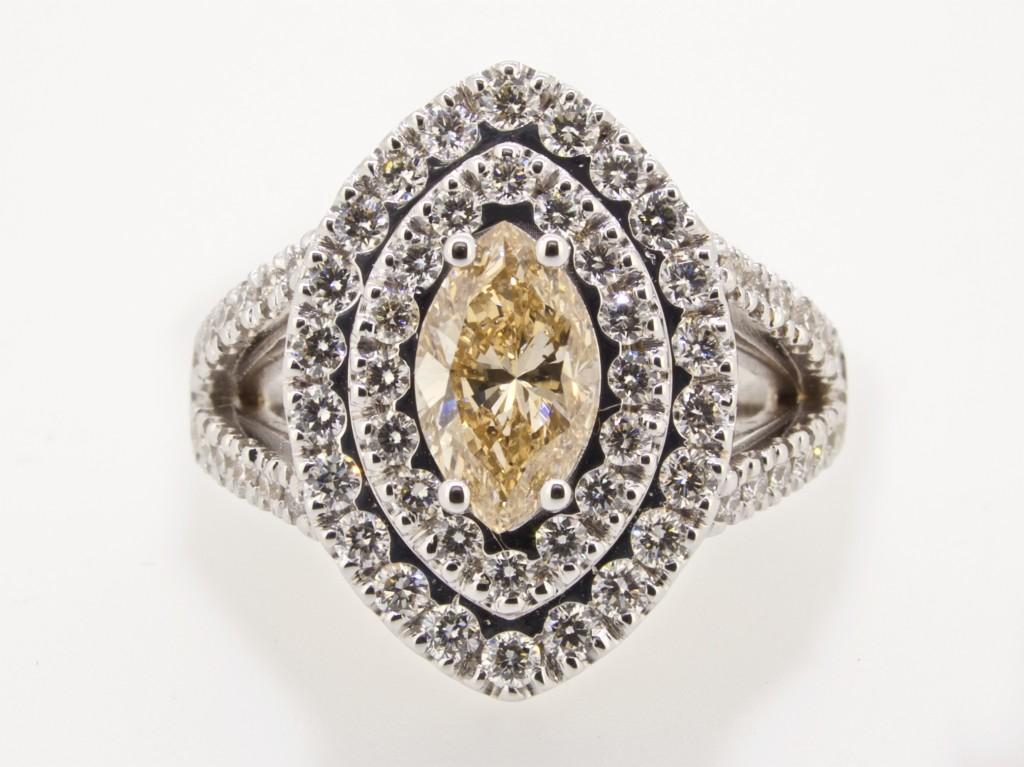 Anello diamante fancy navette